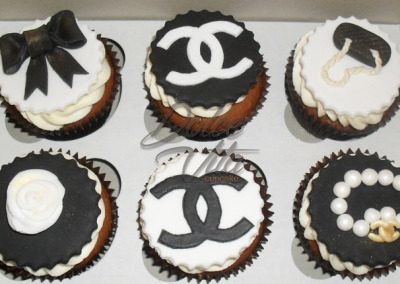 Капкейки с мастикой Chanel