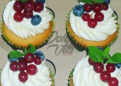 Капкейки с ягодами и мятой