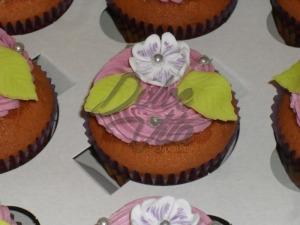 Капкейки с цветочками из мастики